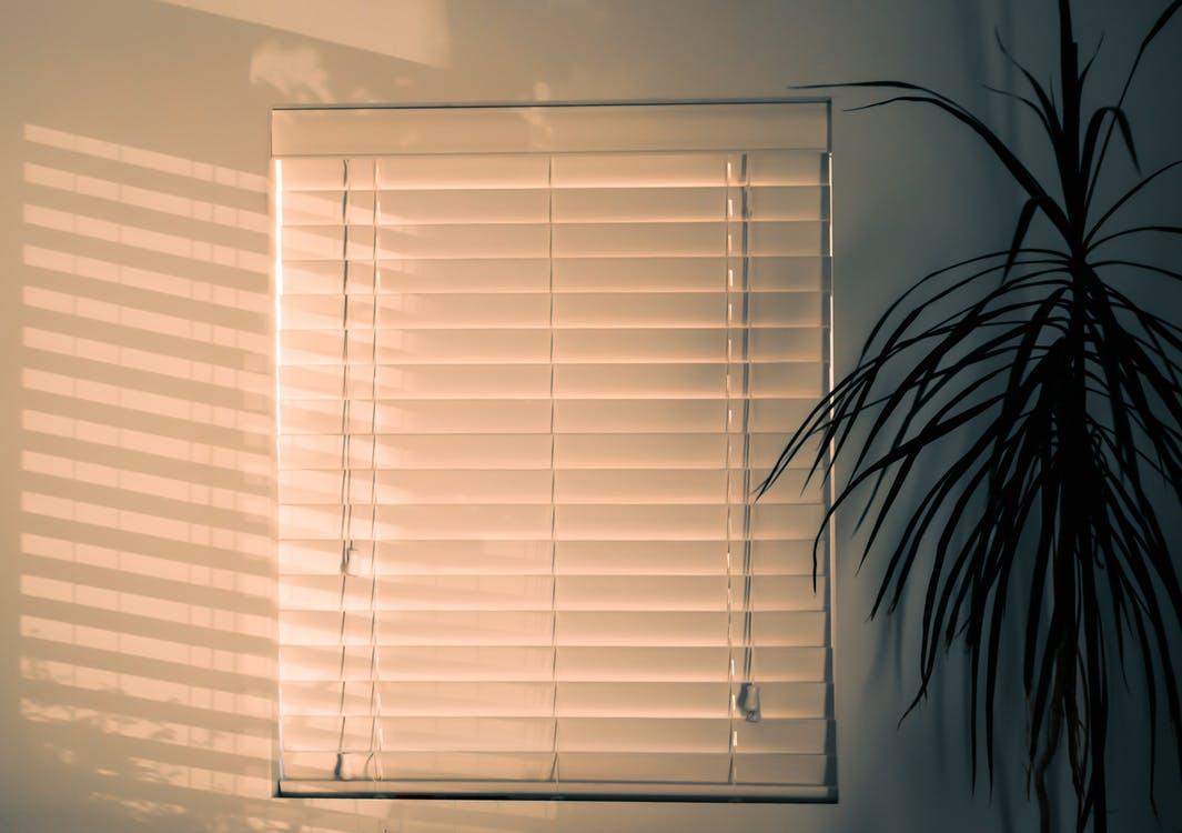 persiana fechada para quarto horizontal
